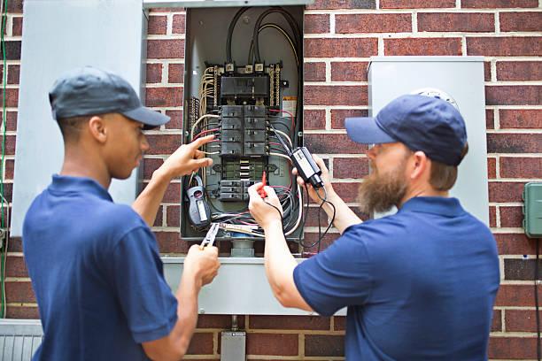 reparadores, electricistas trabajando con disyuntor de su hogar. - electricista fotografías e imágenes de stock