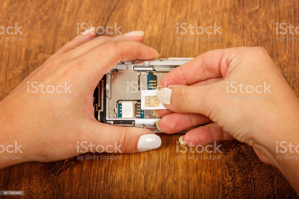 Ersatz Sim Karte.Ersatz Der Simkarte In Einem Smartphone Stockfoto Und Mehr Bilder