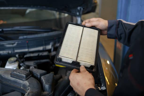 luftfilter in einem auto zu ersetzen - luftfilter stock-fotos und bilder