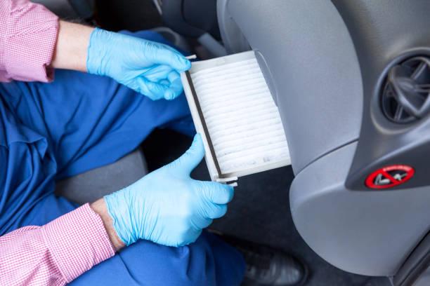 Den Innenpollenluftfilter für ein Auto ersetzen – Foto