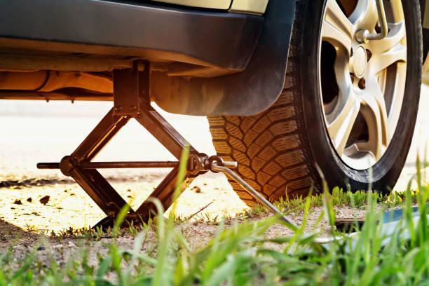 Ersetzt die Räder auf der Autobahn, ist das Auto jackert, schrauben die Nüsse mit einem Reifen Eisen – Foto
