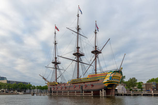 replica 17th century sailing ship near maritime museum amsterdam - est foto e immagini stock