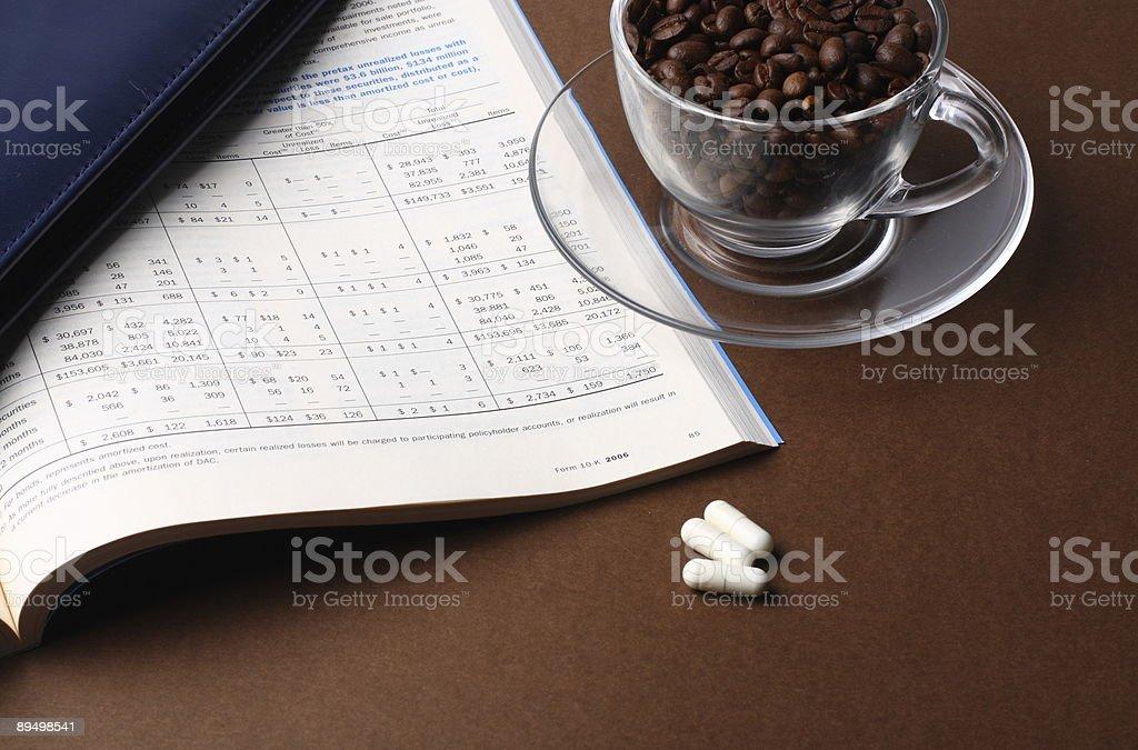 Relazione e tazza di caffè e fagioli foto stock royalty-free