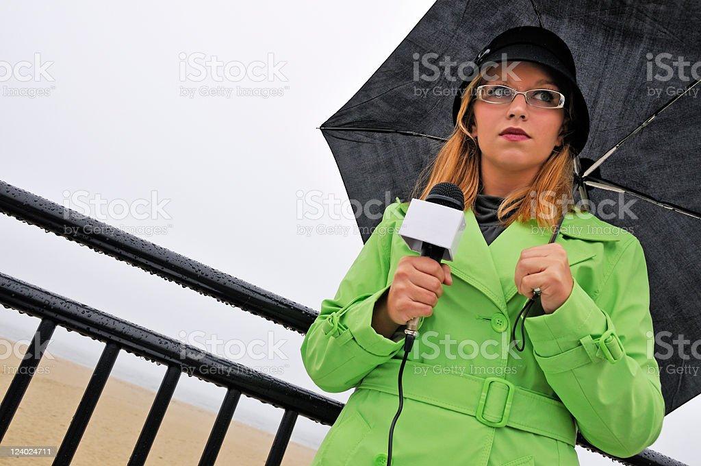 Repórter de TV por baixa temporada Beach - foto de acervo