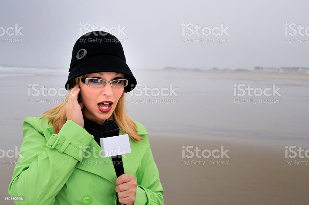 Repórter comentários na deserta baixa temporada Beach - foto de acervo