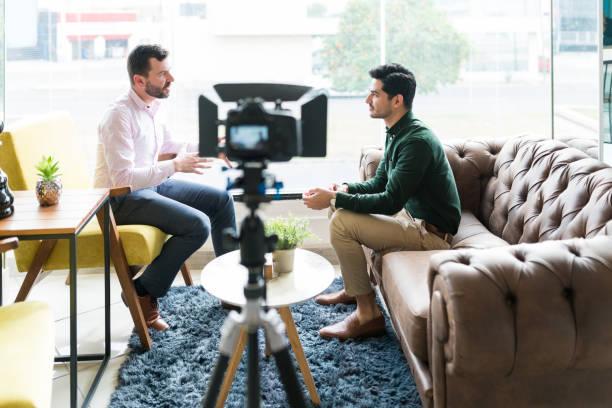 reporter avec l'homme d'affaires pendant l'entrevue de bureau - interview photos et images de collection