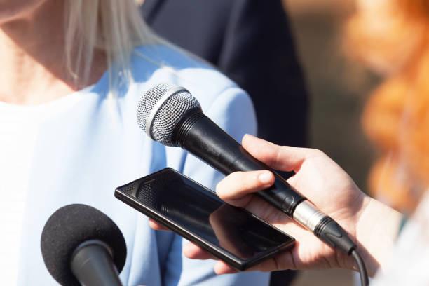 Reporter führen Medieninterview mit Geschäftsfrau oder Politikerin – Foto