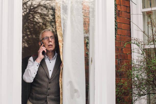 reporting a crime - old men window imagens e fotografias de stock