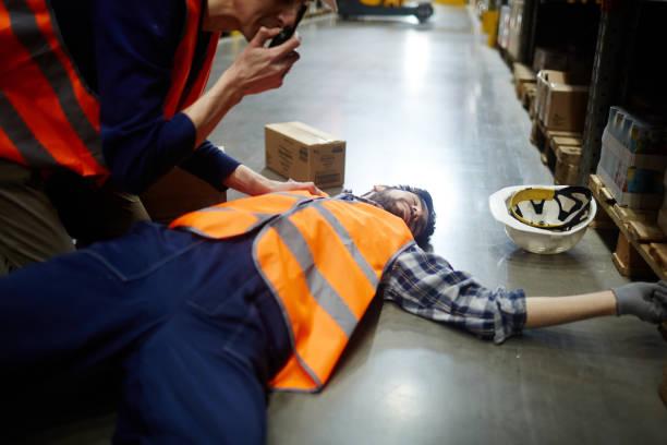 reporting about accident - primeros auxilios fotografías e imágenes de stock