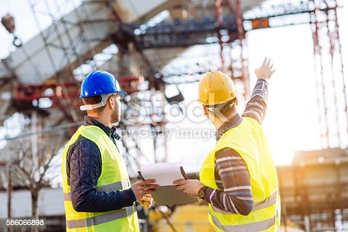 istock Reporting to contractor at construction site 586066898