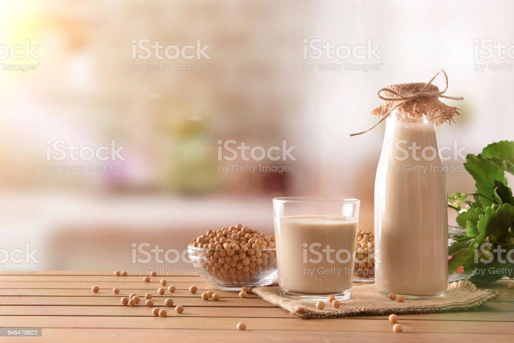 Reptientes con leche de soya y granos en el fondo de la cocina rústica - foto de stock
