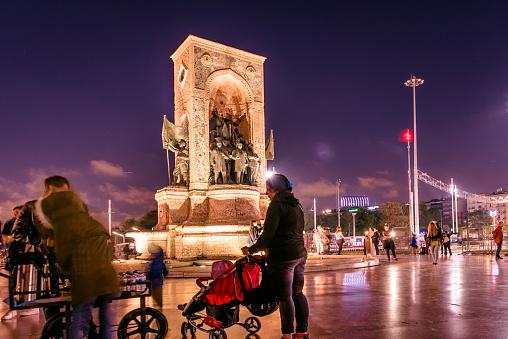 Republiek Monument Op Het Taksimplein In Istanbul Stockfoto en meer beelden van Activiteit