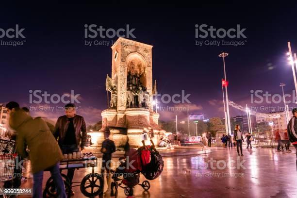 Republic Monument On Taksim Square In Istanbul - Fotografias de stock e mais imagens de Adulto