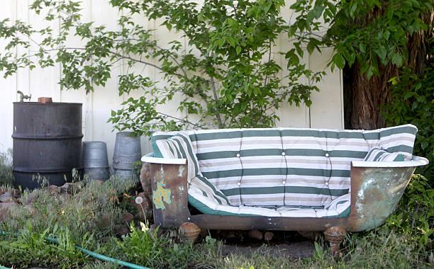 umgestalteten alten badewanne in ein sofa - badewannenkissen stock-fotos und bilder