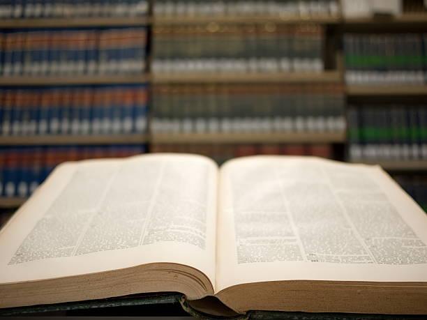 reqding en biblioteca de derecho - biblioteca de derecho fotografías e imágenes de stock