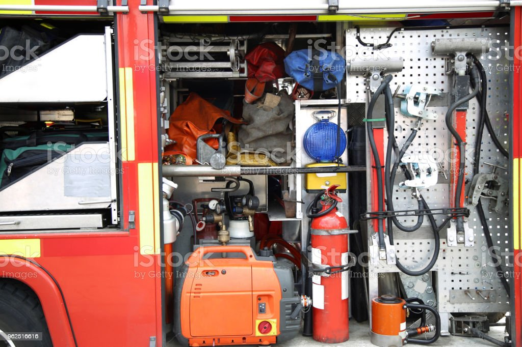 Equipamento de resgate dentro embalado dentro de um caminhão de bombeiros - Foto de stock de Acidente de Carro royalty-free