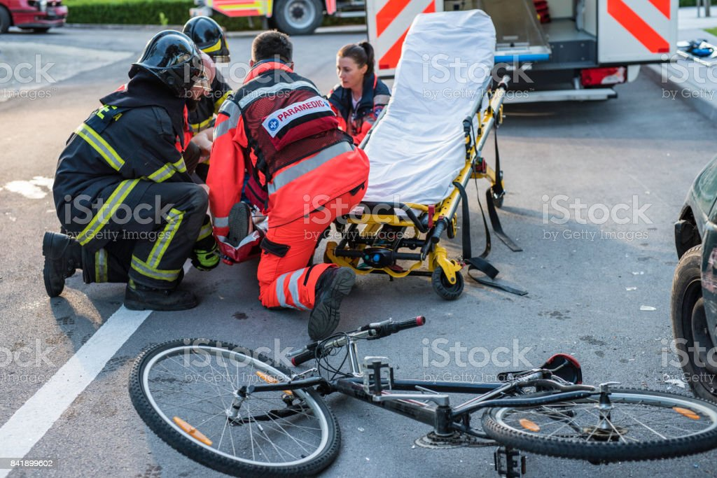 Rescue team helping cyclist – zdjęcie