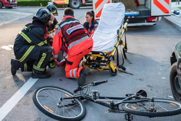 Resgatar a equipe ajudando o ciclista - foto de acervo