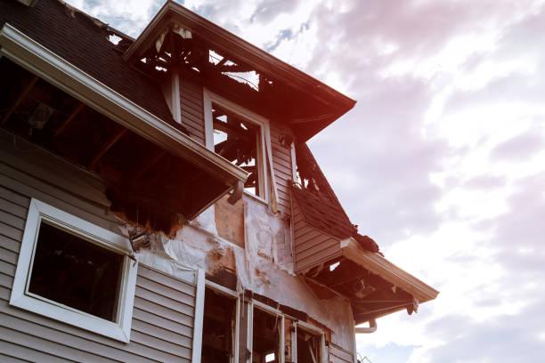 räddningsarbetare brandmän släcka en brand på taket. byggnaden efter branden. brända fönster. förstörda hus. katastrof. - brand sotiga fönster bildbanksfoton och bilder