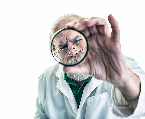 wissenschaftler untersuchen glas gläser - haarschnitt rundes gesicht stock-fotos und bilder