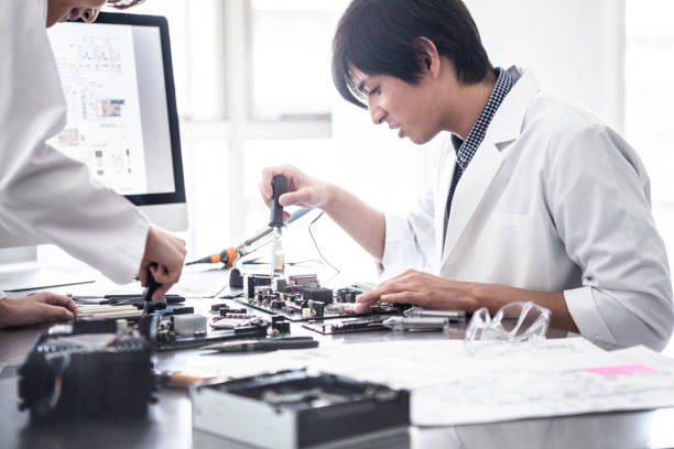forscher, der prototyp macht. - prototype stock-fotos und bilder