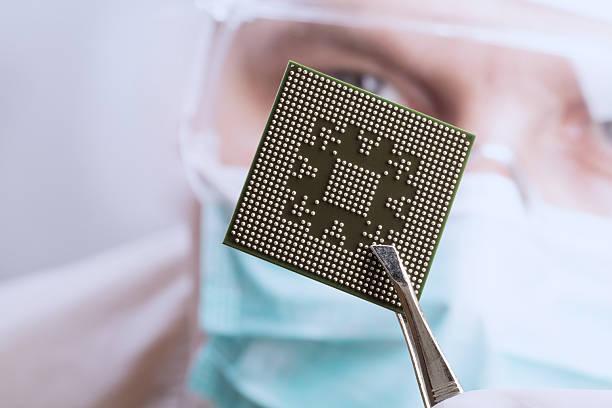 Untersuchen einer microchip – Foto