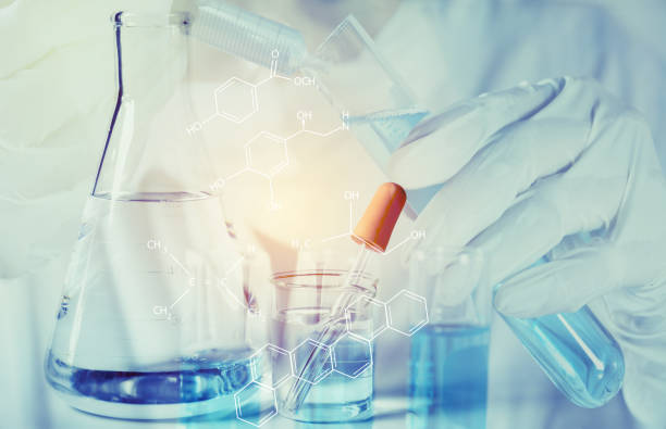 Forscher mit Glas Labor chemische Reagenzgläser mit Flüssigkeit für analytische, medizinische, pharmazeutische und wissenschaftliche Forschungskonzept. – Foto