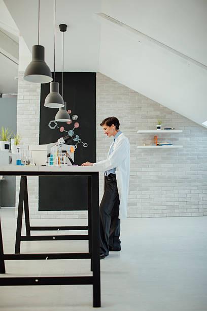 Pesquisador trabalhando no seu laboratório. - foto de acervo