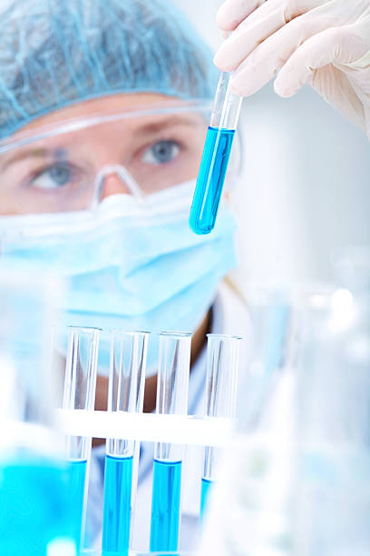 Forscher arbeiten mit Chemikalien – Foto