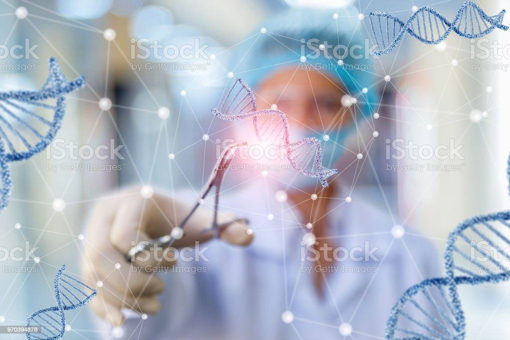 Investigador que trabaja con el ADN. foto de stock libre de derechos