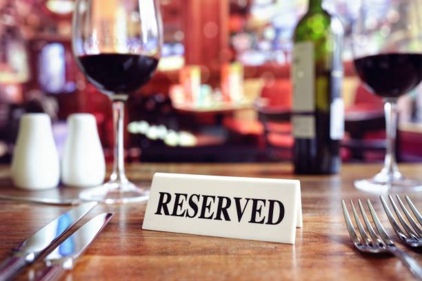 Reservierte Zeichen am Tisch im Restaurant mit bar-Hintergrund – Foto