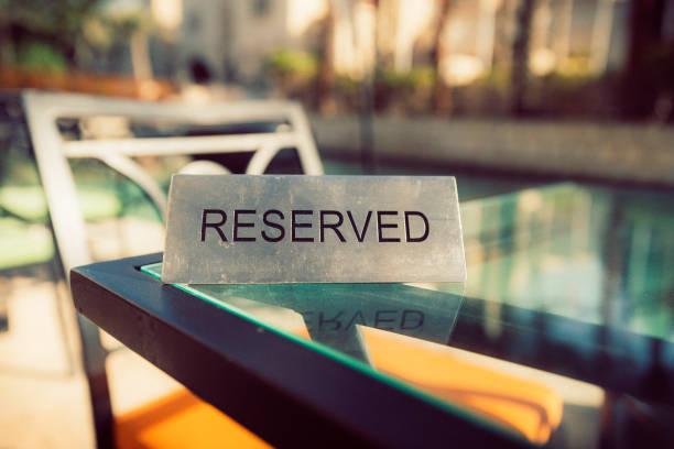 reservierte zeichen auf den tisch im restaurant - mittagspause schild stock-fotos und bilder