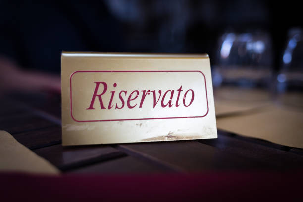 Reserved table in italian restaurant - foto stock