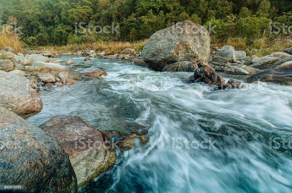 Reshi Fluss Wasser fließen auf Felsen im Morgengrauen, Sikkim, Indien – Foto