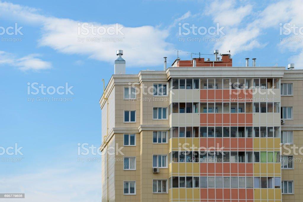 Residencial apartamento casa contra um céu azul com nuvens - foto de acervo