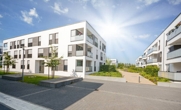 Wohngebiet in der Stadt, moderne Mehrfamilienhäuser – Foto