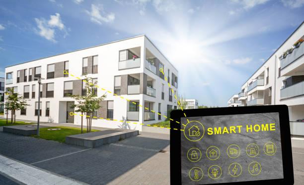 Wohngebiet in der Stadt, Smart-Home-Konzept für modernes Mehrfamilienhaus – Foto