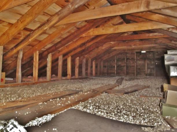 residentiële zolder - kruipruimte stockfoto's en -beelden