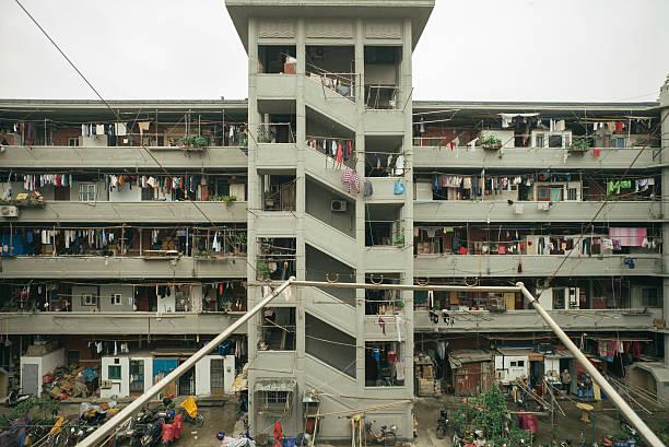bâtiment résidentiel dans la ville de shanghai - cage animal nuit photos et images de collection