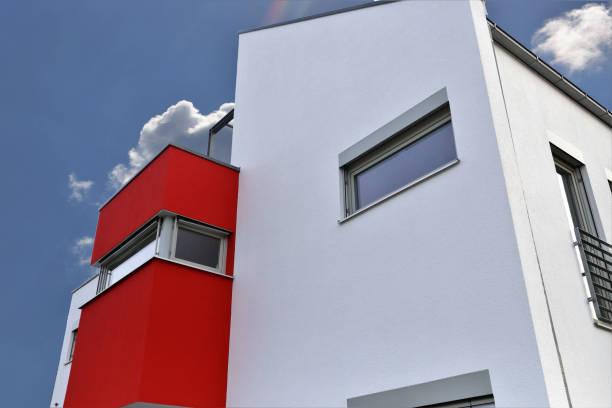 Wohnhaus mit moderner Fassadenmalerei – Foto