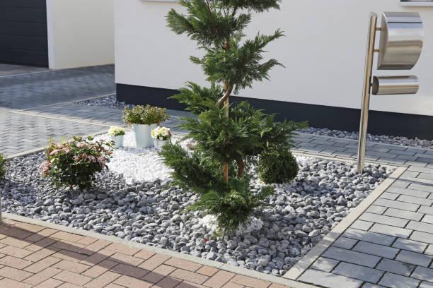 Wohnhaus mit gepflegtem und gepflegtem Vorgarten – Foto