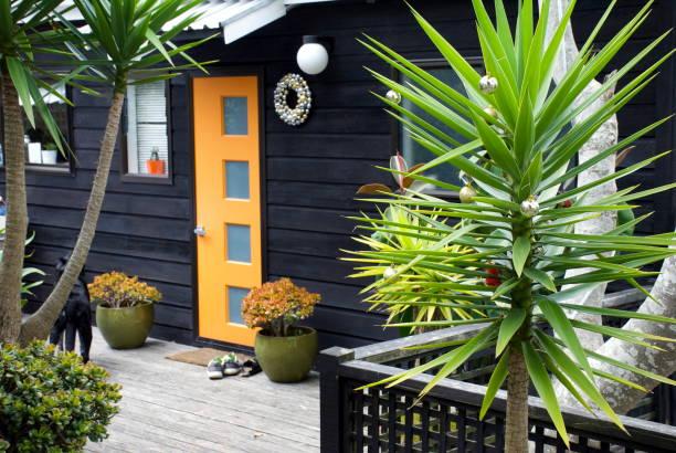 wohnhaus für eine sommer-weihnachten dekoriert - deko hauseingang weihnachten stock-fotos und bilder