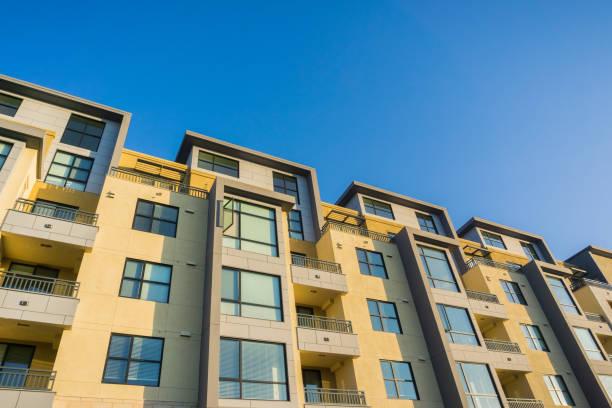 mehrfamilien moderne wohngebäude - mietshaus stock-fotos und bilder