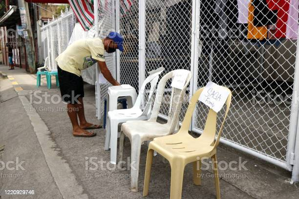 Residents put chairs so government workers can put relief goods the picture id1220929746?b=1&k=6&m=1220929746&s=612x612&h=gwhmeuokibq804hhxxbpzg 0mgi3txfzuicgc0peilm=
