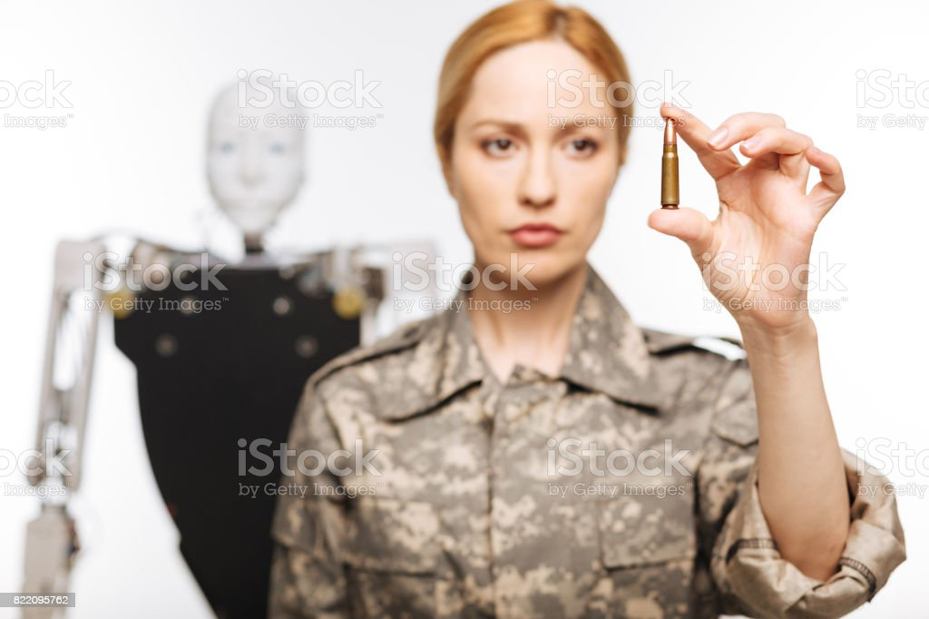 Resoluta mulher séria segurando uma bala - foto de acervo