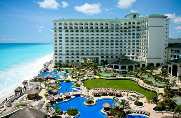 kurort w cancun pokazano w ciągu dnia z powietrza - kurort turystyczny zdjęcia i obrazy z banku zdjęć