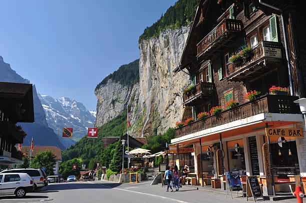 resort-dorf lauterbrunnen - hotel bern stock-fotos und bilder