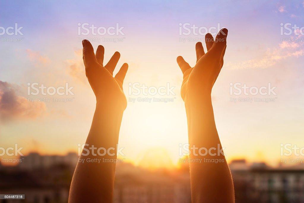 Respect et prier sur le coucher de soleil en arrière-plan de la ville - Photo