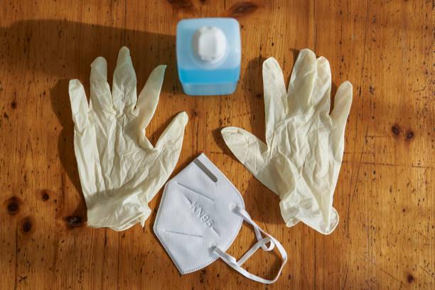 atemschutzmaske einweghandschuhe und desinfektionsmittel - ffp2 stock-fotos und bilder