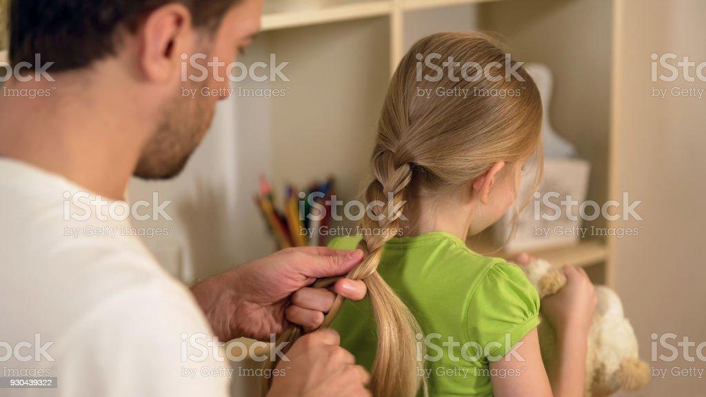Verantwortlich guter Vater Flechten kleine Töchter Haar, Vorbereitungen für die Schule – Foto